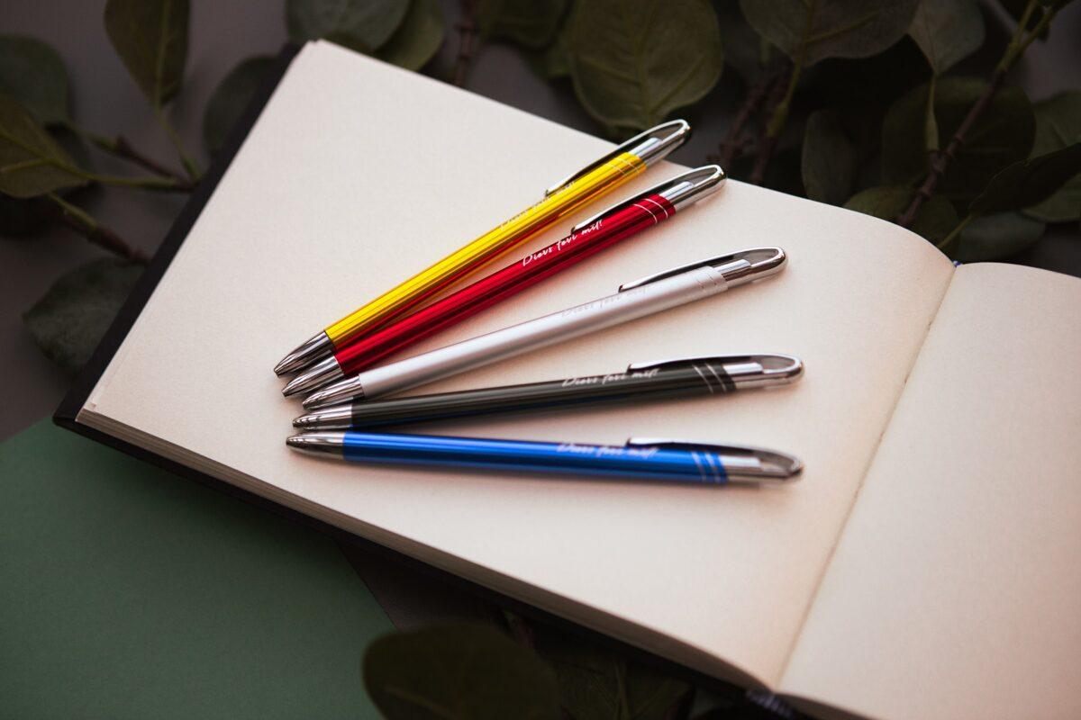 """Pildspalva 'Dievs tevi mīl!"""""""